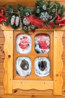 Piccola finestra in legno con decorazioni natalizie. concetto di vacanze invernali