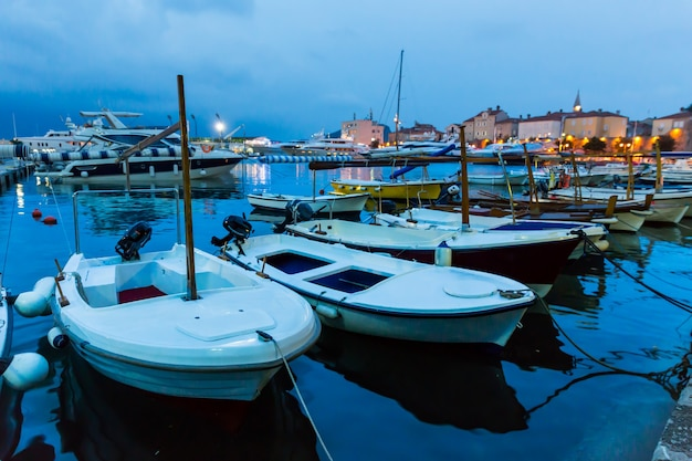Piccoli yacht nella baia