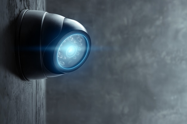 Telecamera cctv intelligente sul muro con luci blu.
