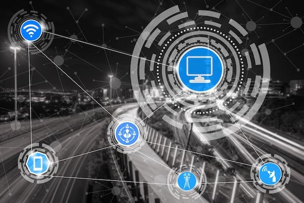 Skyline della città intelligente con icone di rete di comunicazione wireless. concetto di internet delle cose iot.