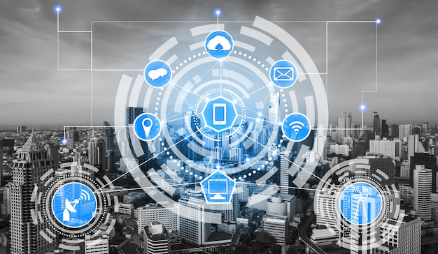 Skyline della città intelligente con icone di rete di comunicazione wireless. concetto di internet iot delle cose.