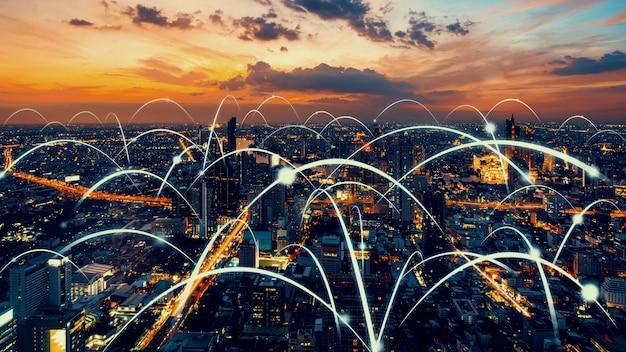 Città digitale intelligente con grafica astratta di globalizzazione che mostra la rete di connessione