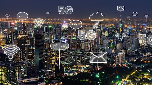 Città digitale intelligente con il grafico astratto di globalizzazione che mostra la rete di connessione