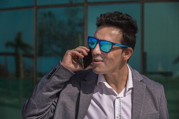 Imprenditore intelligente che risponde alla telefonata in città
