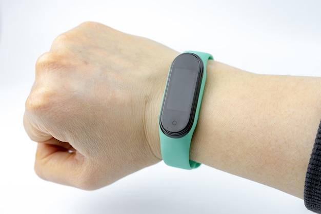 Braccialetto smart fitness con cinturino colorato su una mano isolata su sfondo bianco
