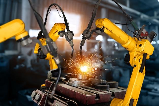 Bracci robotici industriali intelligenti per la tecnologia di produzione in fabbrica digitale che mostrano il processo di produzione dell'automazione