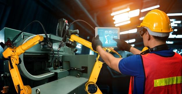 Bracci robotici industriali intelligenti nella produzione in fabbrica digitale