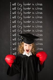 Bambino intelligente in classe bambino divertente contro la lavagna ritorno a scuola istruzione la conoscenza è potere