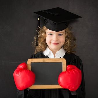 Bambino intelligente in classe bambino felice contro la lavagna ritorno a scuola istruzione la conoscenza è potere