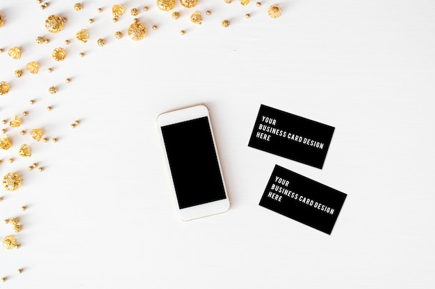 Display mobile smart phone sul tavolo sfondo di composizione di natale. sfondo