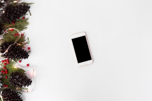 Display mobile smart phone sul tavolo. periodo natalizio.