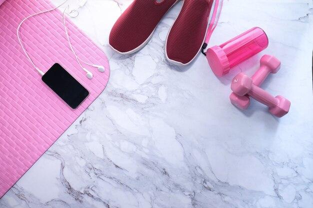 Smart phone con manubrio auricolare, scarpa e pavimento per materassino
