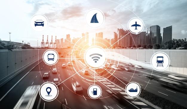 Concetto di tecnologia di trasporto intelligente per il futuro traffico automobilistico su strada