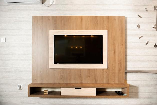 Smart tv in una parete di legno in un accogliente appartamento