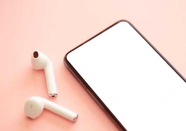 Schermo vuoto dello smartphone su uno sfondo colorato con le cuffie