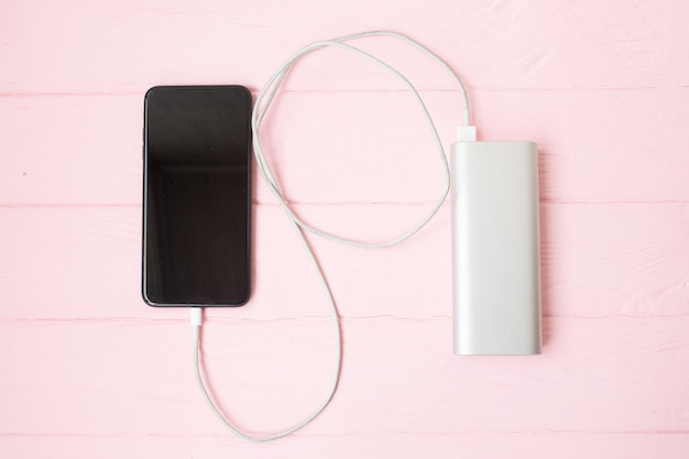 Smartphone caricato da power-bank.