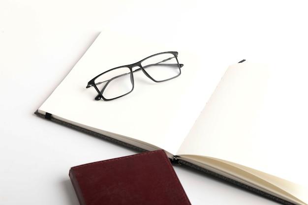 Smartphone, agenda e spettacolo su sfondo bianco
