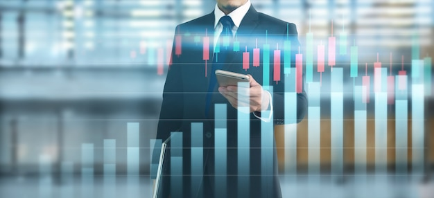 Smartphone in mano e crescita del grafico del piano e aumento degli indicatori positivi del grafico nella sua attività