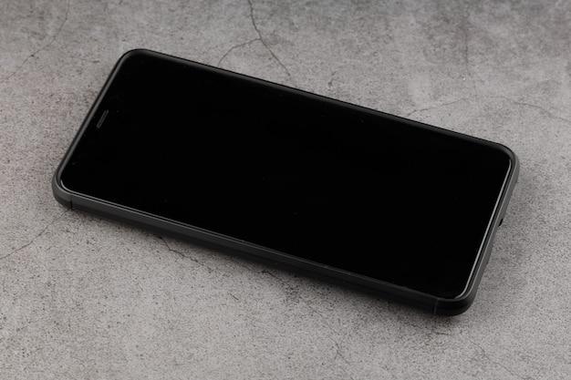 Lo smartphone è spento con uno schermo nero sul tavolo