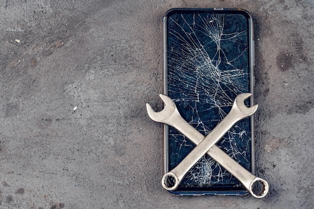 Concetto di riparazione dello smartphone. display danneggiato di smartphone e strumenti