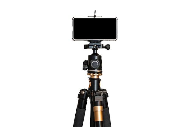 Smartphone su treppiede isolare sfondo bianco. schermo nero vuoto. copia spazio