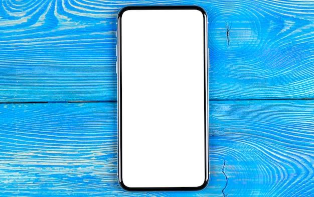 Smartphone con schermo vuoto mock up. schermo isolato smartphone con tracciato di ritaglio. schermo bianco del telefono cellulare con lo spazio della copia sulla scrivania. spazio vuoto per il testo. schermo bianco isolato