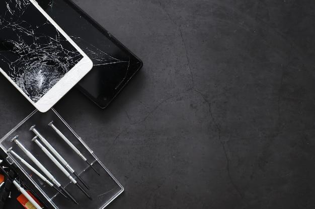 Smartphone con touch screen rotto. il cellulare è rotto. il telefono si è schiantato. sostituzione di vetri rotti su un telefono cellulare. riparazione smartphone.