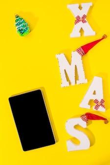 Smartphone con decorazioni natalizie