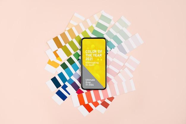 Smartphone con i colori dell'anno 2021 - ultimate grey e campioni di colore illuminanti e alla moda. tavolozza di tendenza dei colori.