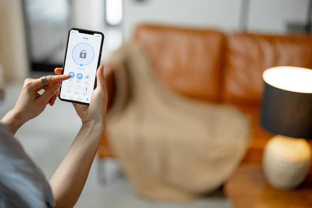 Smartphone con applicazione lanciata per la sicurezza degli allarmi