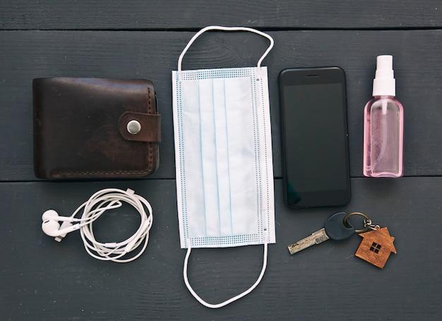 Smartphone con portafoglio e mascherina medica