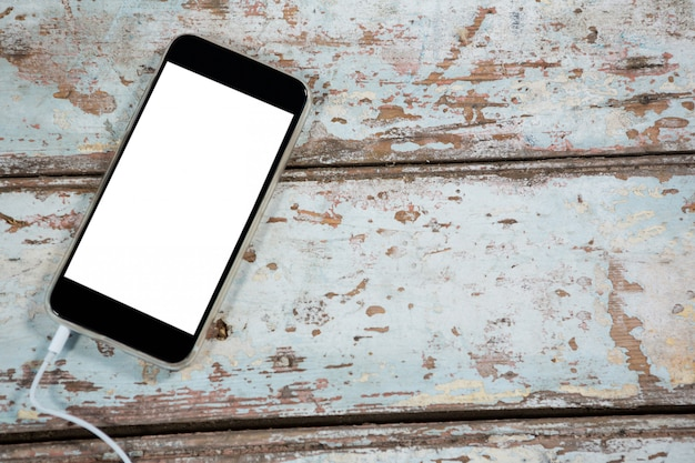 Smartphone su tavola di legno