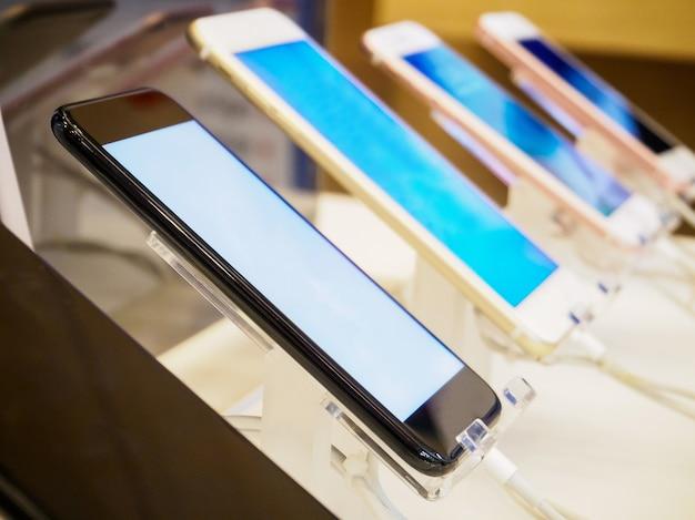 Smartphone nel negozio di elettronica