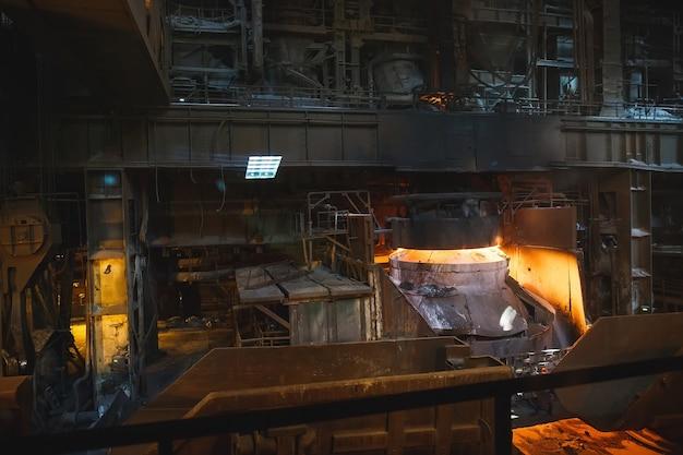 Fusione del metallo in fonderia Foto Premium