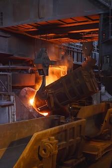 Fusione del metallo in fonderia