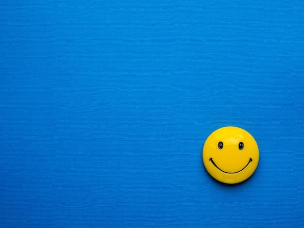 Sorridi sullo sfondo.