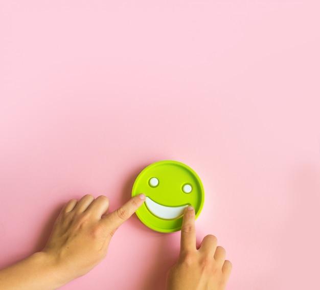 Segno di sorriso con le mani sul rosa