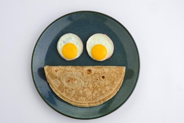 Faccina sorridente prodotto alimentare chapati cibo sano fatto di farina di frumento ed è farcito con verdure