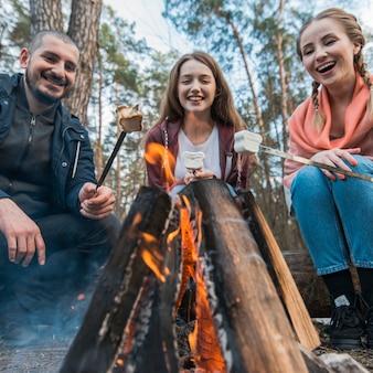 Amici di smiley che mangiano marshmallow