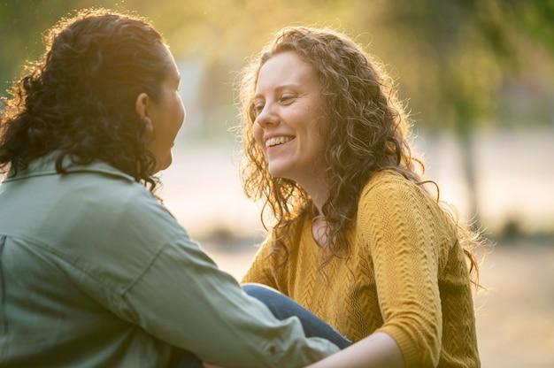 Coppia lesbica smiley all'aperto nel parco