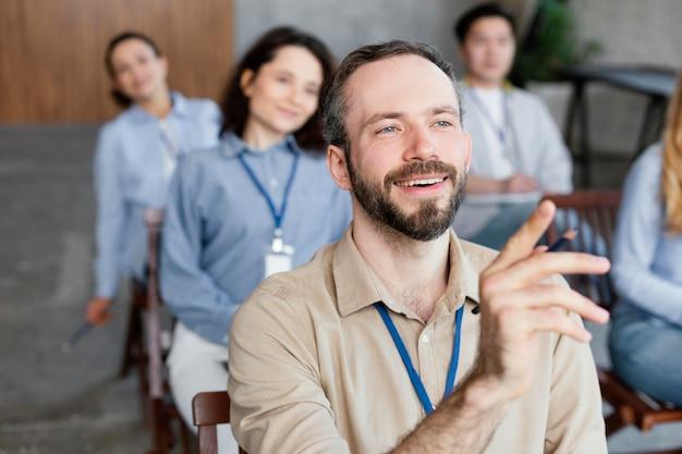 Gente di smiley seduta da vicino