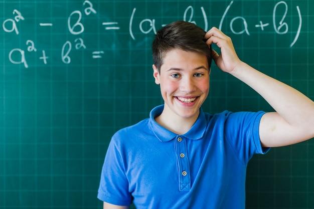 Studente smiley pensando alle matematiche