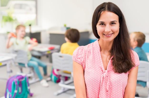 Insegnante di smiley con lo spazio della copia