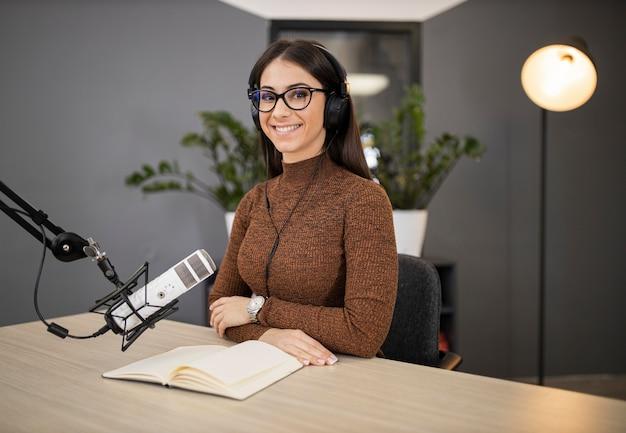 Donna sorridente in uno studio radiofonico