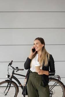 Donna di smiley parlando al telefono