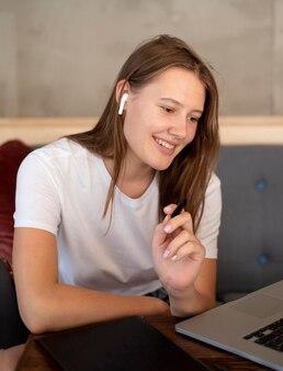 Donna sorridente che lavora a casa durante la pandemia