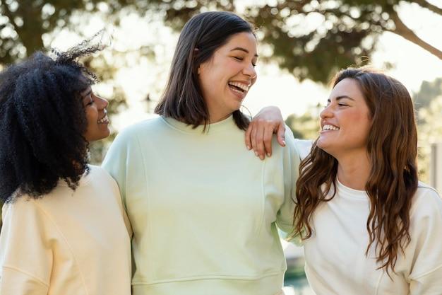 Colpo medio delle donne di smiley