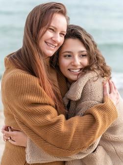 Donne di smiley che propongono insieme