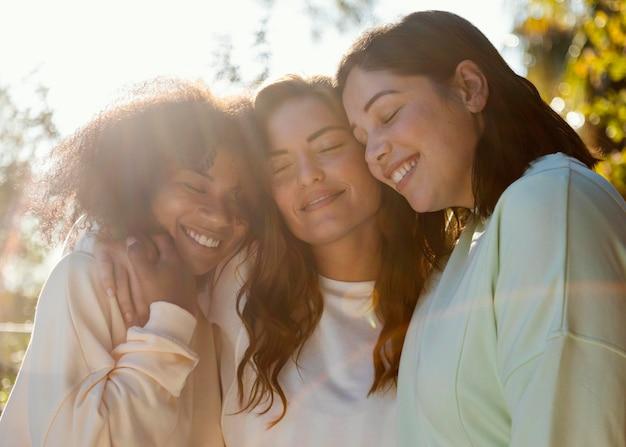Donne di smiley insieme colpo medio