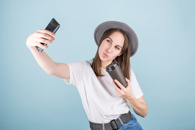 Donna adorabile sorridente che fa la foto del selfie sullo smartphone con l'espressione positiva